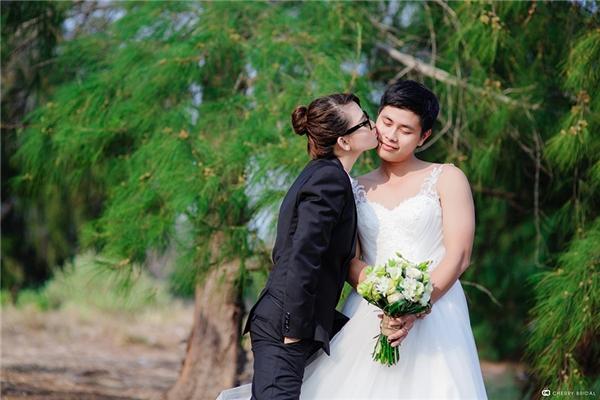 Để có được hạnh phúc như ngày hôm nay, cặp đôi 9x phải trải qua khá nhiều thử thách, đặc biệt là nỗ lực yêu xa và thuyết phục gia đình cô dâu.