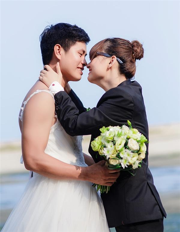 Cặp đôi hoán đổi giới tính chụp ảnh cưới nổi tiếng nhờ diễn quá sâu