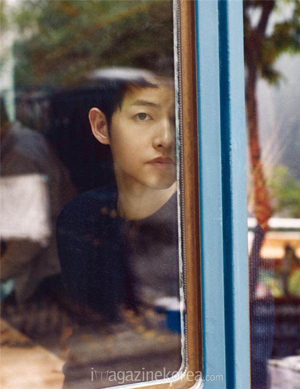 Khung ảnh đẹp như tranh vẽ với những gam màu trầm. Chiếc áo mà Song Joong Ki diện thuộc về thương hiệu Louis Vuitton.