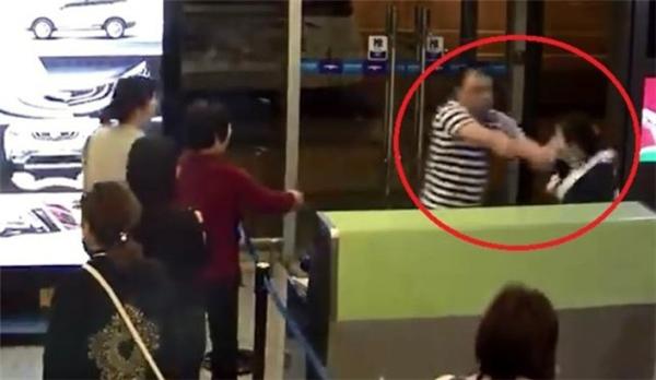 Hành khách đôi co, hành hung nhân viên sân bay tạisân bayTrường Sa, Trung Quốc. (Ảnh: Shanghaiist)