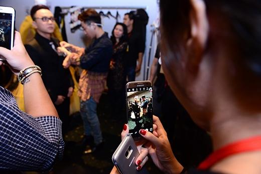 Hình ảnh hậu trường của NTK Công Trí tại tuần lễ thời trang Việt Nam - Tin sao Viet - Tin tuc sao Viet - Scandal sao Viet - Tin tuc cua Sao - Tin cua Sao