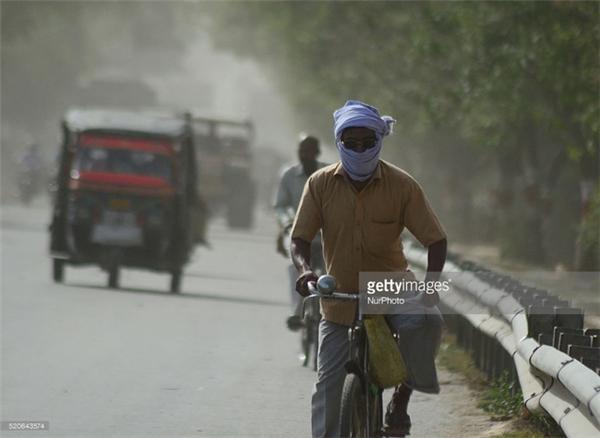 Người đàn ông trùm kín như Ninja chống chọi với nắng nóng, bụi bẩn.