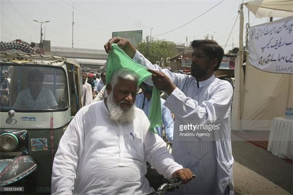 Những hình ảnh đã quá quen thuộc vào những ngày nắng nóng ở Pakistan.