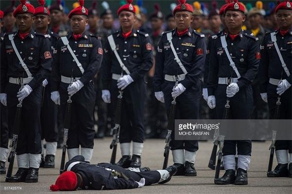 Một thành viên của Cơ quan dự trữ liên bang Malaysia ngất xỉu vì nắng nóng trong lễ diễu hành tại Kuala Lumpur vào ngày 25/3.