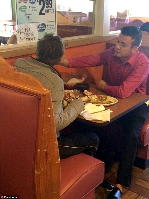 Chàng trai trẻ Alex Ruiz ở Douglasville, Georgia, (phải) đang giúp đỡ vị khách đặc biệt (trái) tại nhà hàng Cinco de Mayo Mexican Grill hồi Chủ nhật vừa rồi. (Ảnh: Reginald Widener)