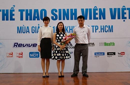 Ban Tổ Chức (BTC) Giải tặng hoa đại diện nhà tài trợ.