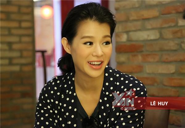 Vẻ mặt rạng rỡ và vui vẻ của Hồ Hạnh Nhi khi trả lời phỏng vấn.