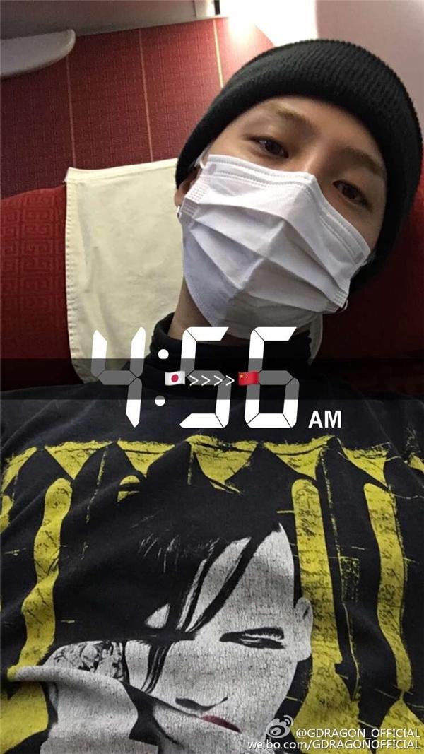 Phải bay từ Nhật sang Bắc Kinh, G-Dragon lộ rõ vẻ mệt mỏi tại sân bay