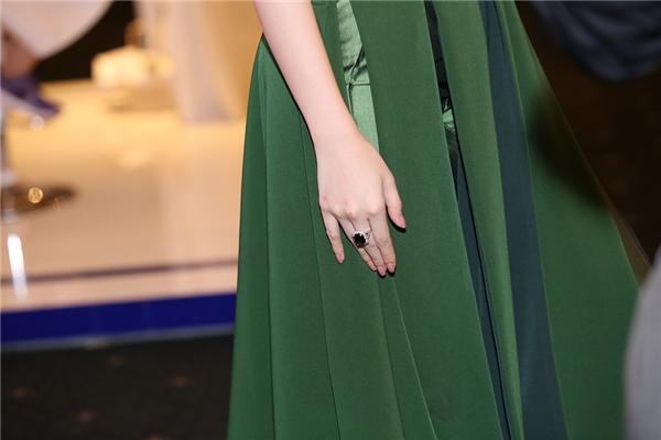 Cận cảnh chiếc nhẫn kim cương có trị giá hơn 1 tỉ đồng mà Angle Phương Trinh đang mang trên người - Tin sao Viet - Tin tuc sao Viet - Scandal sao Viet - Tin tuc cua Sao - Tin cua Sao