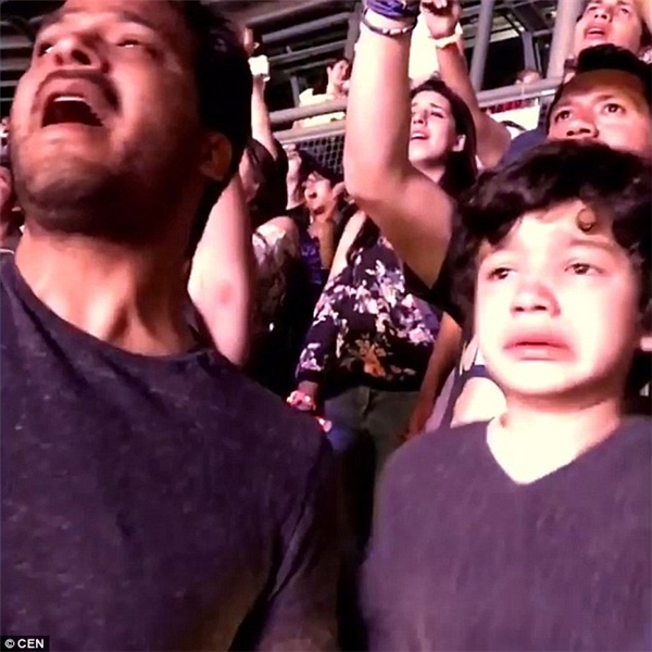 Cậu bé xúc động đến mếu máo và không kìm được nước mắt. (Ảnh: Internet)