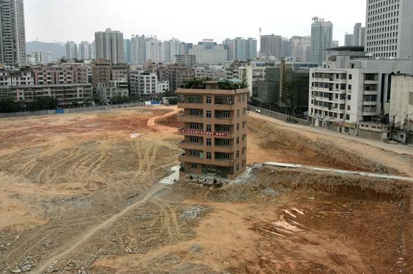 Vợ chồng chủ căn biệt thự 6 tầng này từ chối di dời cũng vì tiền bồi thường không thỏa mãn.