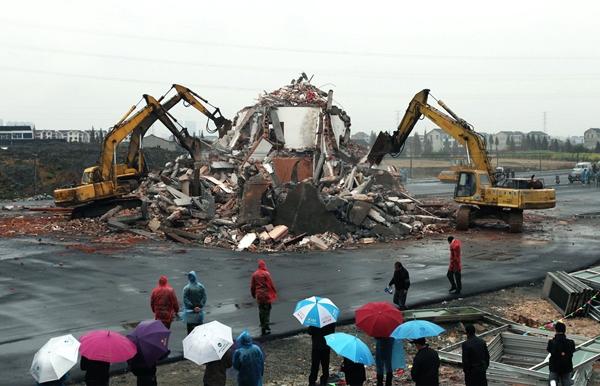 Sau khi đồng ý khoản bồi thường 40.000 đô (hơn 980 triệu đồng), họ mới đồng ý để ngôi nhà của mình bị kéo sập để mở đường.