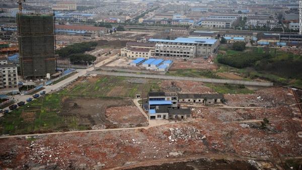 Ngôi nhà này là thứ duy nhất còn nguyên vẹn giữa một công trường ngổn ngang gạch đá ở Thường Châu, Giang Tô.