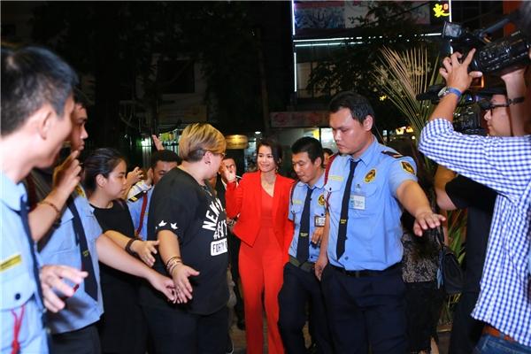 Sau khi tham dự sự kiện do hoa hậu Thu Hoài tổ chức, cựu hoa đán TVB đã nhanh chóng di chuyển đến một nhà hàng gần đó để dự buổi họp fan thân mật.