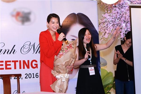 Không chỉ sở hữu vẻ ngoài duyên dáng, Hồ Hạnh Nhi còn hết mực thân thiện khi không ngừng cười tươi và chụp ảnh cùng fan.