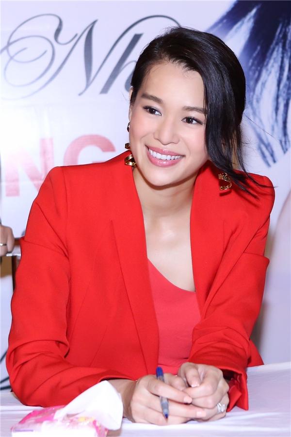 Cô không ngừng cười tươi trước tình cảm của fan dành cho mình.
