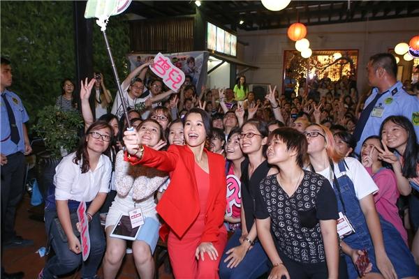 Hồ Hạnh Nhi selfie cùng người hâm mộ.