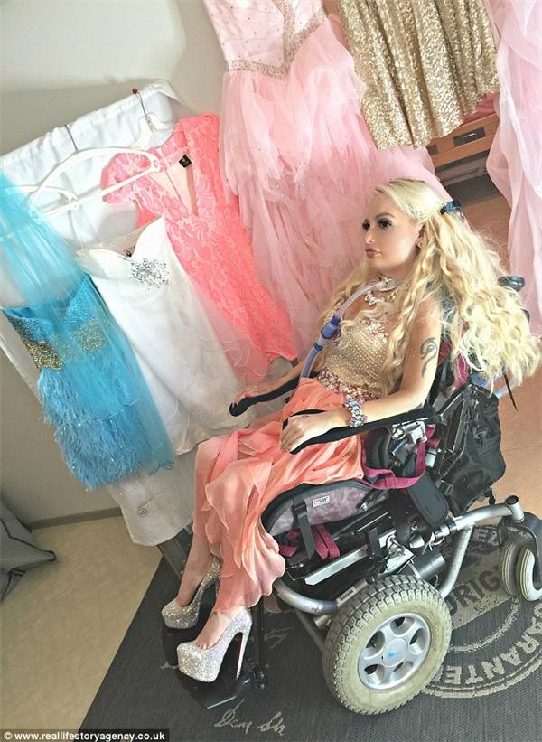Dù bị bại liệt nhưng Jasmin vẫn không từ bỏ ước mơ được ăn mặc giống 2 thần tượng của mình là Barbie và Britney Spears. (Ảnh: Internet)