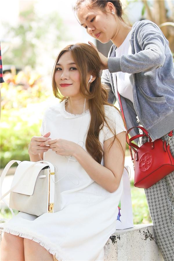 Mỹ Tâm với bộ váy trắng tinh khôi đang được chuẩn bị trước khi ghi hình. - Tin sao Viet - Tin tuc sao Viet - Scandal sao Viet - Tin tuc cua Sao - Tin cua Sao