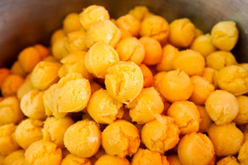 Bánh bò thốt nốt vàng ruộm, căng tròn là món ăn vặt mà các tín đồ ẩm thựckhông thể bỏ qua. (Ảnh: Internet)