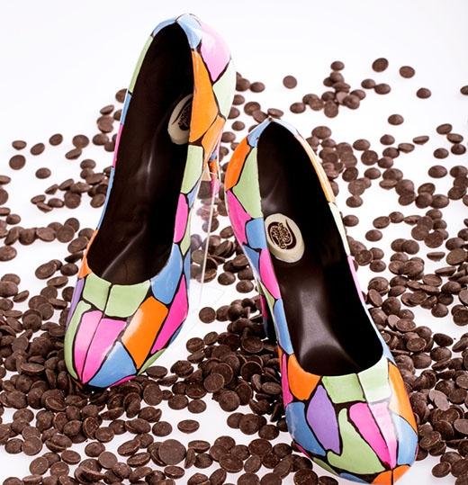 Bạn có nhận ra những đôi giày cao gót sặc sỡ và trông như thật thế này lại được làm hoàn toàn từ sô cô la không?