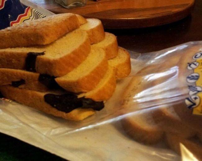 Thỉnh thoảng, rắn con rất thích chui vào những bao bánh mì. (Ảnh: Internet)