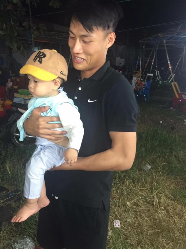 Ly Kute khoe con, Mạc Hồng Quân cùng Kỳ Hân vui đùa bên đứa trẻ lạ