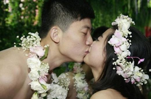 Đám cưới tập thể như thời nguyên thủy chỉ che chỗ cần che gây sốt mạng