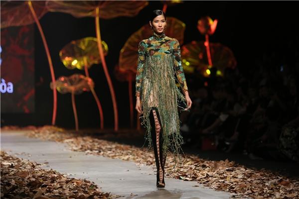 Người mẫu Hoàng Thùy giữ vai trò mở màn trong bộ sưu tập của Lê Thanh Hòa. Ngay từ mẫu thiết kế đầu tiên, tính xu hướng đã được thể hiện khá rõ với những đường tua rua mềm mại, điệu đà.