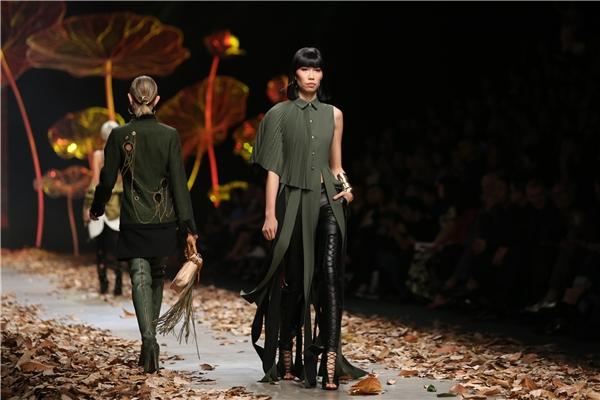 Bộ sưu tập này của Lê Thanh Hòa cũng là sự dung hòa nhiều phong cách thời trang khác nhau qua những thời kì nhất định. Đặc biệt, phong cách, kĩ thuật tái cấu trúc đã giúp Lê Thanh Hòa tạo nên những thiết kế có chiều sâu và dễ dàng ứng dụng trong nhiều hoàn cảnh khác nhau.