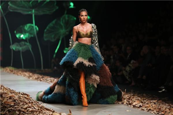 Người mẫu Minh Triệu giữ vai trò vedette với bộ váy cầu kì về màu sắc, họa tiết và cách xử lí chất liệu. 2 năm trước, Minh Triệu cũng từng xuất hiện tại vị trí này trong bộ sưu tập Hoa của Lê Thanh Hòa.