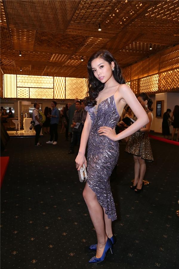 Trong một đêm tiệc thời trang tối qua, Kỳ Duyên xuất hiện rạng rỡ trong bộ váy ánh kim ôm sát khoe đường cong. Khuôn mặt cô được trang điểm tự nhiên, nhẹ nhàng để làm nổi rõ những đường nét sắc sảo.