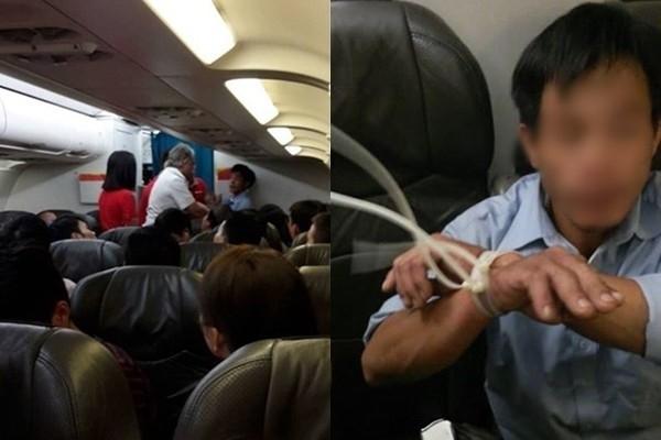 Hành khách la hét, gào khóc trên máy bay khiến cho nhân viên hàng không phải trói tay lại để khống chế và đảm bảo an toàn cho chuyến bay.