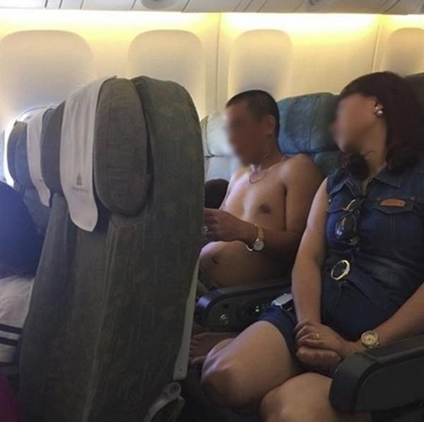 Người đàn ông này vô tư cởi trần như chốn không người trên máy bay Vietnam Airlines ngày 17/6 /2015 khiến cho không ít hành khách bức xúc. (FB L.M.N)