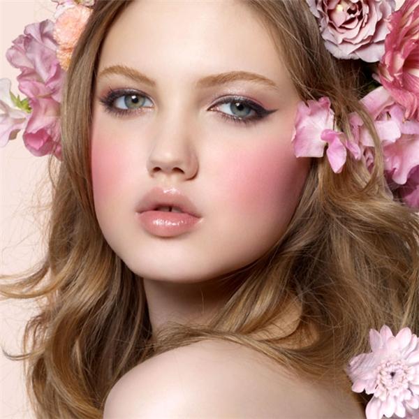 Phấn má hồng giúp gương mặt các cô gái tươi sáng, rạng rỡ hơn hẳn.