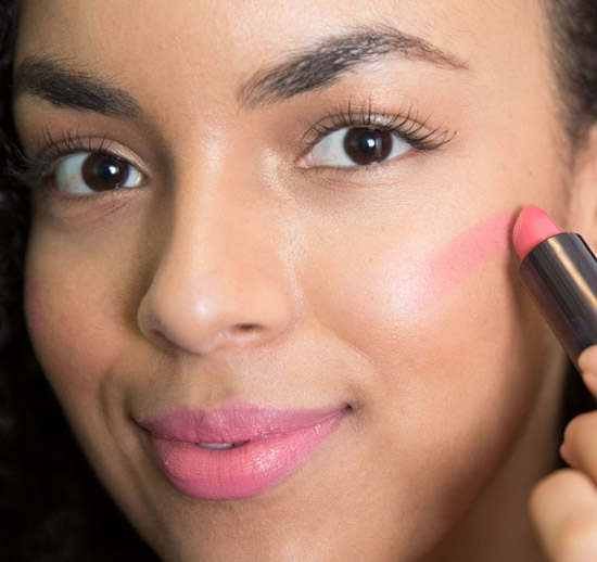 Son môi: một tuyệt chiêu mới mà các cô gái đang khá ưa chuộng là dùng son môi thay cho phấn má. Một điều lưu ý là bạn nên tô son lên má vừa phải và tán thật nhanh, đều tay để tránh chúng bị vón cục năng nề.
