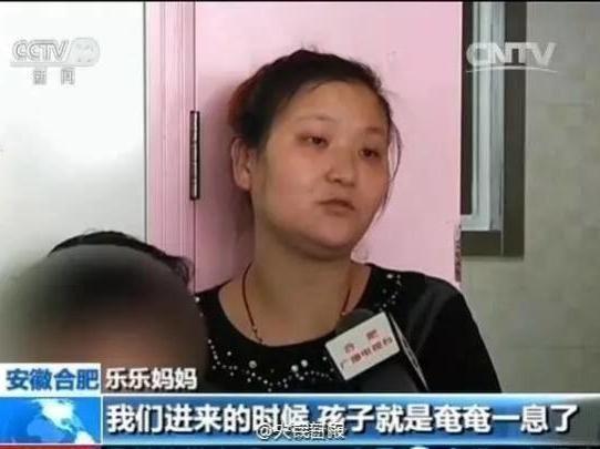 Bản thân mẹ của cậu bé vẫn chưa hết bàng hoàng khi nhớ lại tình trạng nguy kịch của con trai. (Ảnh: nguồn CNTV).