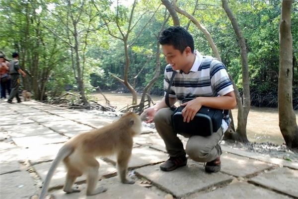 """Bạn lưu ý nên mua trước một ít trái cây để """"làm quen"""" và xin chụp hình với các chú khỉ.(Ảnh: Internet)"""