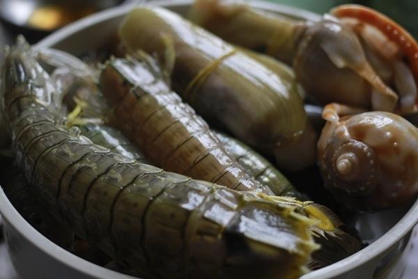 Điểm thú vị nhất ở đây là bạn có thể tự tay lựa chọn từng loại hải sản bạn thích nhất.(Ảnh: Internet)