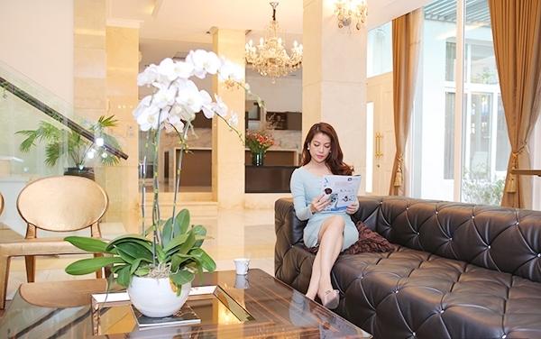 Phòng khách thoáng đãng, nội thất trang trí cầu kì và hiện đại. - Tin sao Viet - Tin tuc sao Viet - Scandal sao Viet - Tin tuc cua Sao - Tin cua Sao