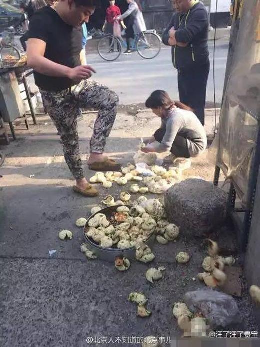 Một thanh niên còn nhẫn tâm đạp nát từng chiếc bánh trên mặt đất.