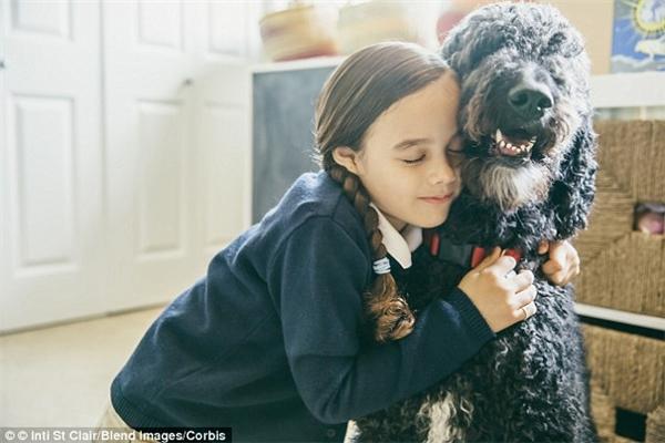 Ngay cả khi được trẻ em ôm, chó cưng vẫn có thể cảm thấy không thích chút nào. (Ảnh: Internet)