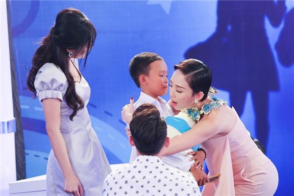 """Phi Nhung """"nối bước"""" Tóc Tiên, tài trợ học phí cậu bé hát đám cưới"""