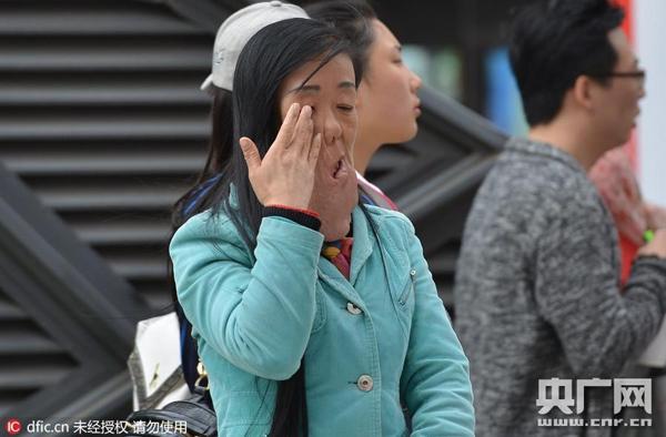 Mới đây, trên đường phố Thẩm Dương, tỉnh Liêu Ninh, Trung Quốc xuất hiện một người phụ nữ có khuôn mặt rất đáng sợ.