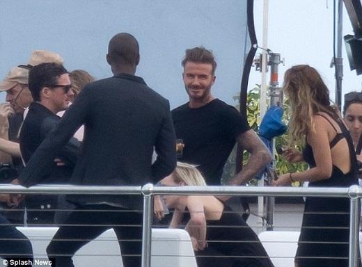 Đi cùng với Beckham còn có Dave Gardner(đeo kính), bạn thân và cũng là đối tác làm ăn của vợ chồng ngôi sao người Anh.