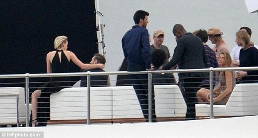 Trong một bức ảnh khác, cô gái mặc váy đen không ngại trao cho Beckham những cử chỉ tình cảm.