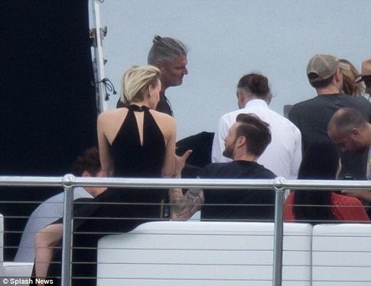 """Nhiều CĐV của gia đình Beckham không khỏi lo sợ khi nhìn thấy những khoảnh khắc này. Tuy nhiên, may mắn là đó chỉ là một người đàn ông được trang điểm và ăn mặc giống hệt Becks. Có lẽ do lo sợ Victoria sẽ ghen nên ông bố 4 con đã nhờ diễn viên đóng thế.   Nhìn từ sau lưng, thật khó để có thể phân biệt đâu là Beckham thật và Beckham """"fake""""."""