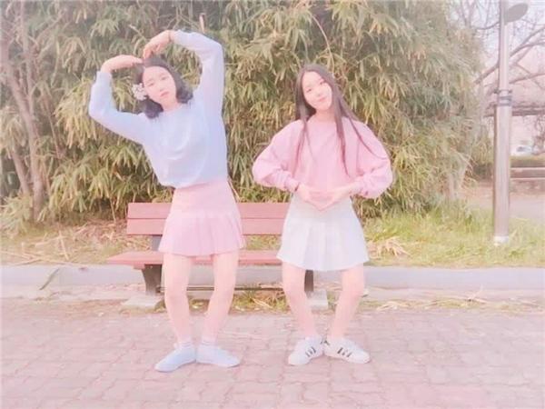 Ăn mặc tương đồng nhau, hai cô gái có những bức hình vô cùng ngọt ngào, trong sáng. (Ảnh: Internet)