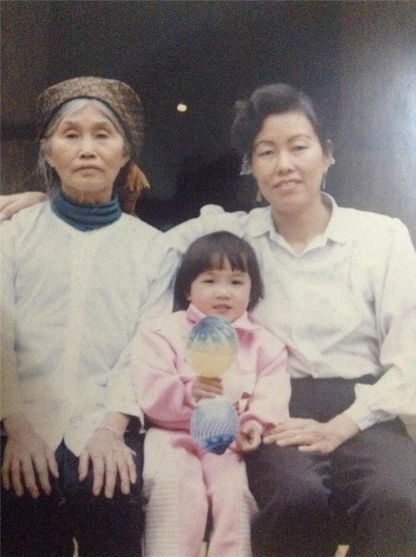 Kim Trangchụp cùng bà ngoại và mẹ nuôi khi còn bé. Cô mong rằng khi mẹ mình nhìn thấy hình ảnh của mẹ nuôi có thể nhận ra mình.(Ảnh: Internet)
