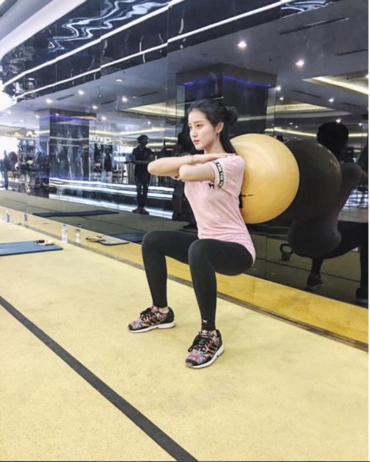 Á hậu Huyền My kín đáo và thoải mái hơn khi mặc áo phông dáng rộng cùng quần legging và giày thể thao hoạ tiết khi đi tập.